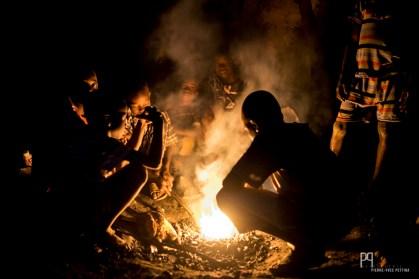 La plupart des jeunes de Seko Gbabourou (le quartier des forgerons) passent leurs après-midis et leurs soirées autour des foyers afin de réaliser des outils agricoles, en métal recyclé, vendus aux agriculteurs de la zone. Énormément d'enfants sont ainsi déscolarisés sans même avoir terminé leur école primaire. // Banikoara - 2017
