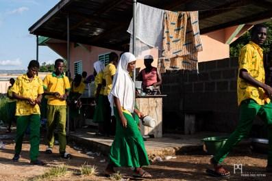 Fin de récréation au Collège Champagnat de Kandi. Prônant l'excellence - avec régulièrement 100% de réussite dans les examens nationaux - cette école privée accueille les enfants d'une zone très défavorisée de l'Alibori. Ici est dispensé un enseignement résolument tourné vers l'autre et l'ouverture au monde: dans l'enceinte de l'école, les élèves ont accès à une petite chapelle et une petite mosquée leur permettant de prier côte à côte en toute sérénité. // Kandi - 2019
