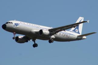 """Airbus A320-211 d'Air France décoré """"à l'ancienne"""" pour fêter les 75 ans de la compagnie... mais certains passagers ont refusé de monter """"dans ce vieil avion"""" !"""