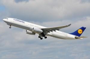 Un A330 de Lufthansa décolle de Dusseldorf. Les longs courriers enropéens sont en concurrence avec les nouveaux venus de la péninsule arabe.