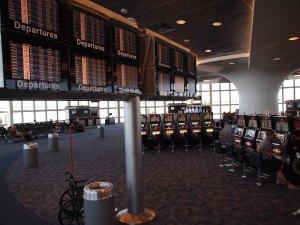 Avant d'arriver aux aux machines à sous qui permettent de patienter avant l'embarquement, l'aéroport de Las Vegas multiplie les contrôles avec des équipements dernier cri...