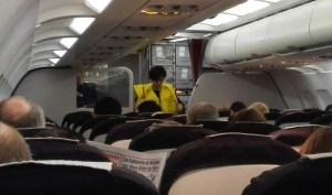 Une hôtesse présente les gilets de sauvetage lors du briefing de sécurité de début de vol
