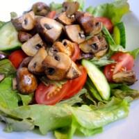 Salat mit Balsamico-Champignons