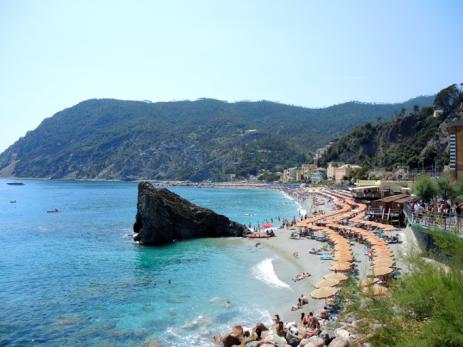 Der Strand von Monterosso in der Cinque Terre