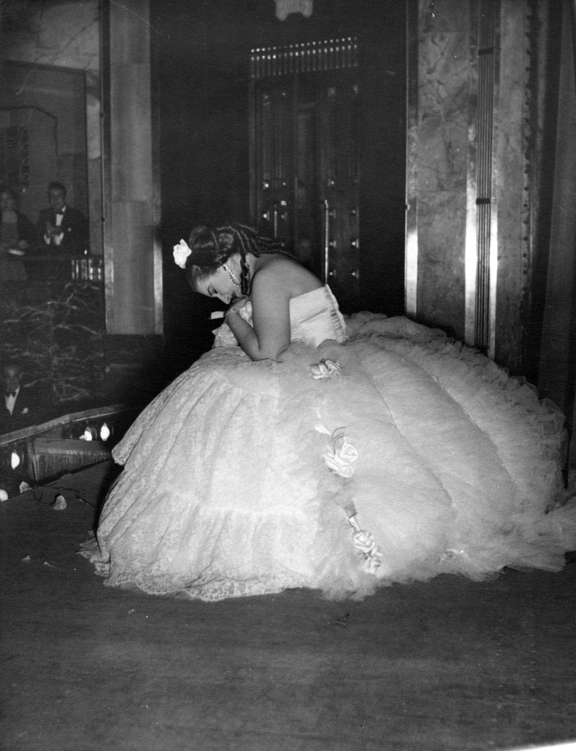 18_Maria Callas nell'opera La Traviata riceve gli applausi sul palcoscenico Palacio de Bellas Artes (Ópera Nacional), Mexico City 17 luglio 1951.