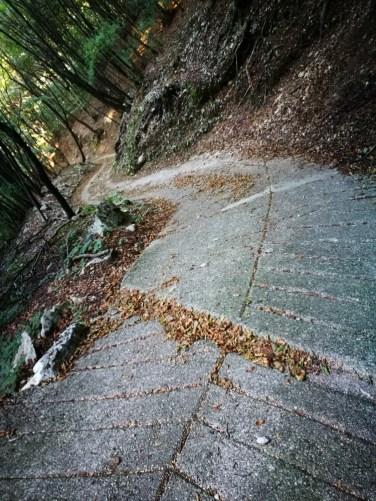 Anstrengender Abstieg von den Höhen und der Grund, warum hier oben niemand mehr wohnt: steile Straße Richtung Malcesine.