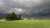 Auch ein heftiges Gewitter hielt die Gruppe nicht von ihrem Vorhaben ab alle Kapellen der Gemeinde Bertoldshofen zu besuchen