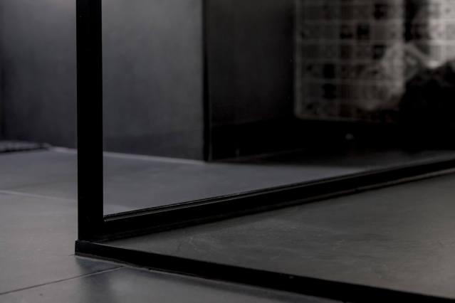 Glazen douchewand in stalen frame