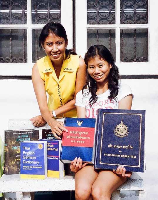Phakinee und Chirapha zeigen meine wichtigsten gedruckten Helfer zum Thai lernen.