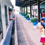 Der Bahnhof von Pattaya ist blitzsauber und beschäftigt jede Menge Beamten, vor allem wegen der zahlreichen Güterzüge aus Sattahip. Leider gibt es nur einen Personenzug, der hier hält, und das auch nur Montags bis Freitags.