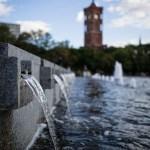 Festbrennweiten: Wasserspiel und Rotes Rathaus