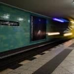 Festbrennweiten: U-Bahnhof Alexanderplatz - einfahrende Bahn