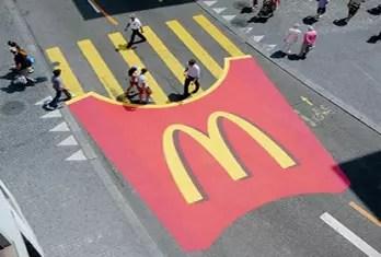 marketing de guerrilha - faixa de pedestre com batata frita do mcdonalds