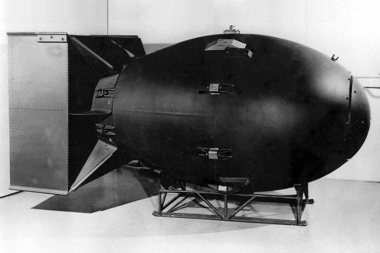 premiere bombe atomique