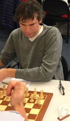 Thijs Roorda achter een schaakbord