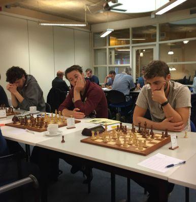 Arres Oudshoorn en Maarten van Harten (midden) in gedachten verzonken. Uiterst links clubkampioen Guido Bakker.