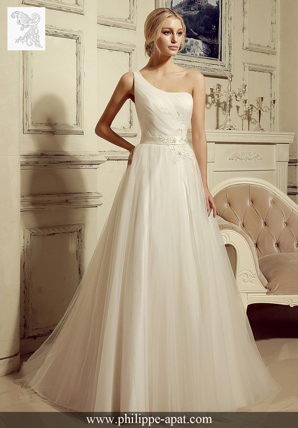 e7a0c0e596f Chic et romantique robe de mariée en tulle bretelle une épaule . Le Top «  one shoulder  est plissé et décoré avec des appliques.