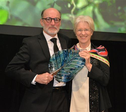Gerry Ellis, Global Conservation Prize recipient and Joan C. Hendricks, VMD, PhD, Philadelphia Zoo Board Vice Chair