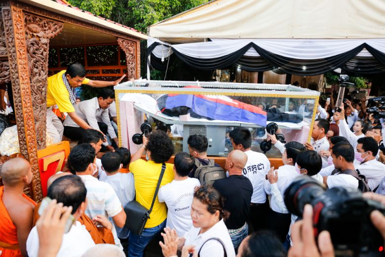 The casket containing the body of slain political activist Kem Ley is loaded onto a vehicle early yesterday morning at Wat Chas in Chroy Changvar district.
