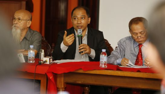 Comfrel head Koul Panha (centre) discusses the organisation's annual report on National Assembly affairs at a conference in Phnom Penh yesterday.