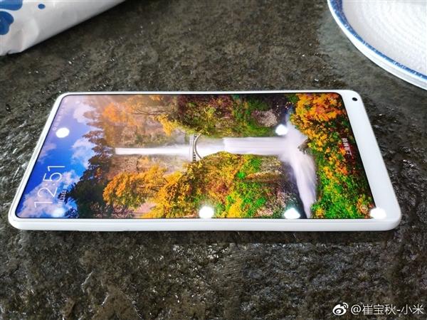 Le Xiaomi Mi Mix 2 se montre dans robe blanche en céramique