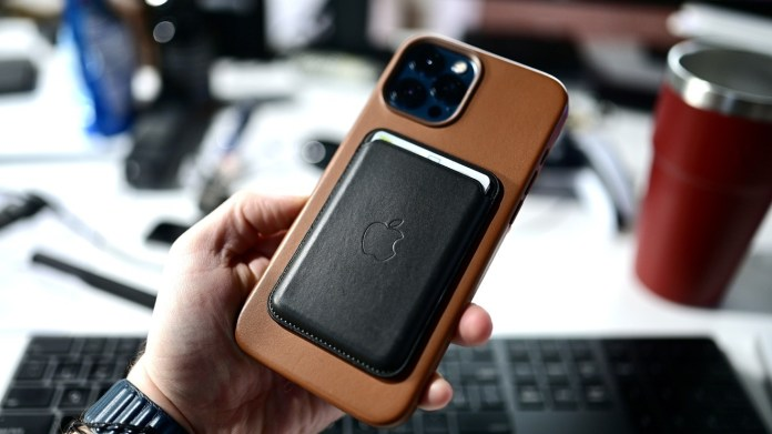 You will want to remove that wallet before you try to recharge your iPhone wirelessly.