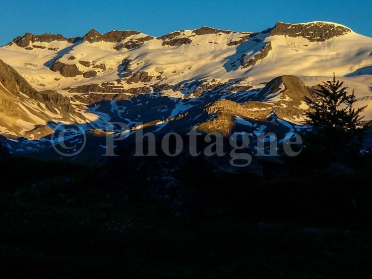 La vue sur les glaciers le matin est superbe depuis le bivouac...