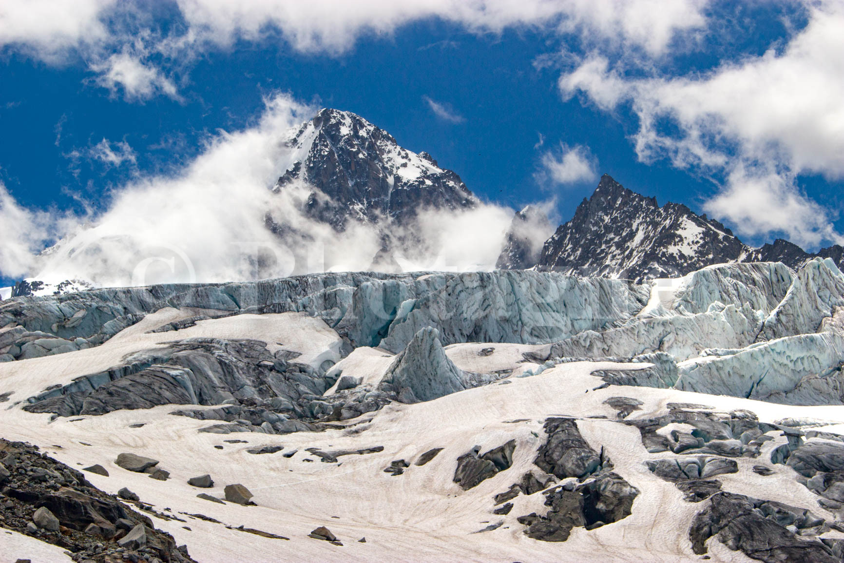 L'Aiguille du Chardonnet derrière le glacier du Tour