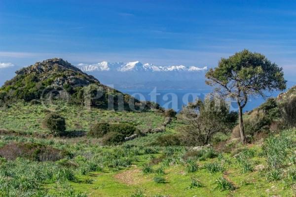 Les montagnes Corses enneigées depuis la Punta di Canelle