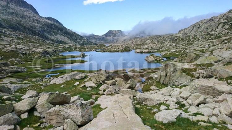 Lac tort de Rius, sur la Haute Randonnée Pyrénéenne