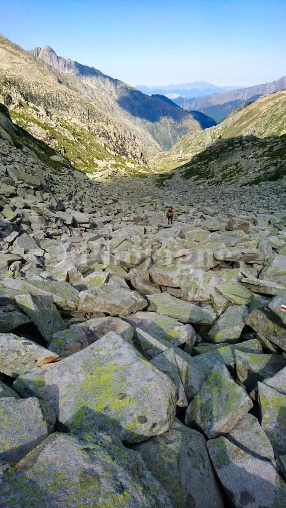 Un sacré pierrier à descendre, sur la Haute Randonnée Pyrénéenne