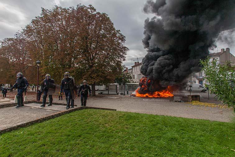 Mise en place de CRS pour protéger la préfecture   © photo Patrick Clermont