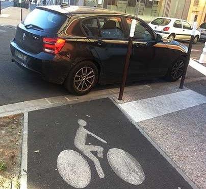 La piste cyclable est obstruée par une voiture © photo Patrick Clermont