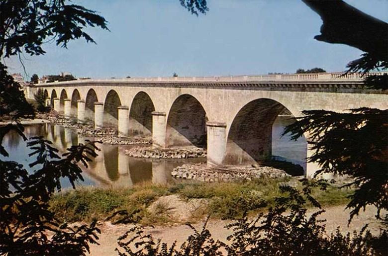 Agen - Le Pont de Pierre sur la Garonne en 1950