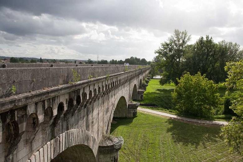 AGEN - Le tiers du Pont Canal sur la Garonne se trouve au dessus du fleuve -