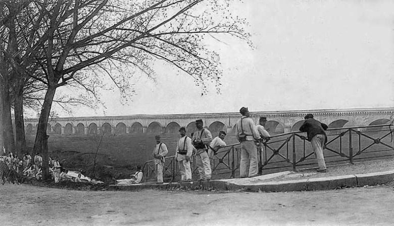 Militaires devant le Pont-Canal à Agen en1913