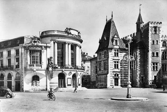 place-de-la-mairie-avec-le-musee-et-theatre-1950