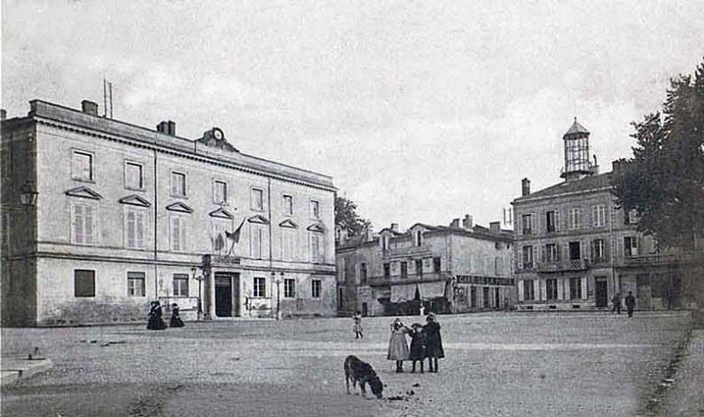 place-de-l'hotel-de-ville-avec-mairie-et-hotel-des-postes-en-1904