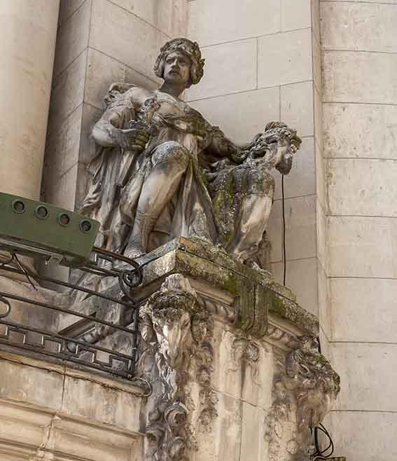 Théâtre Ducourneau à Agen la Statue de droite La Tragédie