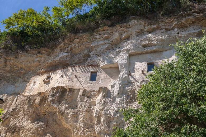Ermitage-Les Grottes aménagés dans la falaise