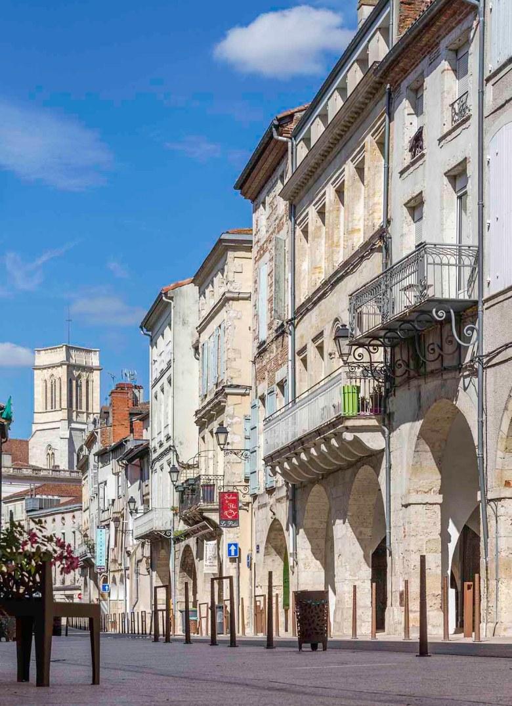 La Cathédrale Saint Caprais vue de la rue des Cornières