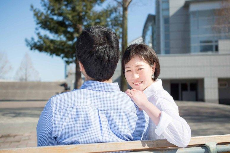 肩に手を掛けて笑顔で振り返ったカップル撮影のサンプル写真