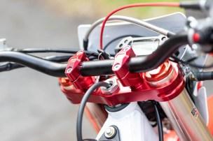 オートバイのRX230Fのフロント・トップブリッジやハンドル周りのデザイン写真