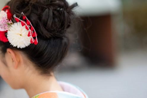 お参りに行く女の子の結った髪型の後ろ姿の写真
