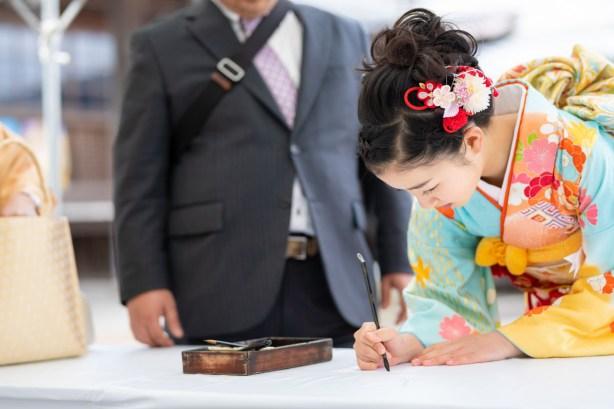法輪寺でご祈祷を受ける前に想いを寄せた一文字を書く女の子
