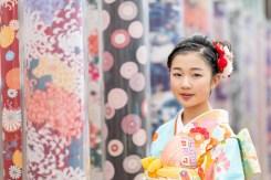 嵐電嵐山駅にある、西陣のオブジェの前で、着物を着た女の子を撮影した写真