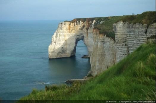 Etretat, falaise et arche naturelle de la Manneporte (Normandie)