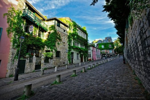 La rue de l'abreuvoir, rue typique de la butte Montmartre, avec ses trottoirs pavés, et ses belles maisons recouvertes de lierre. Montmartre, Paris, France