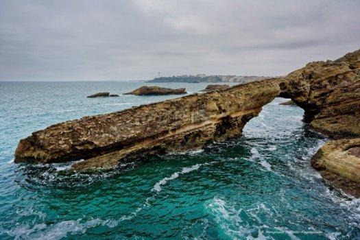 Biarritz, une arche naturelle à proximité du rocher de la Vierge (côte basque).