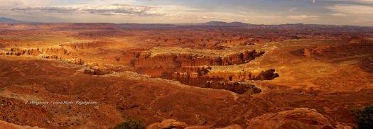 Ce paysage de murs et piliers laissés à travers les fractures verticales de la roche par l'érosion (Monument Bassin), donne l'impression d'être vu du ciel depuis les hauts plateaux de Canyonlands, d'où le nom d'Island in the Sky donné à cette région du Parc National de Canyonlands. Utah, USA